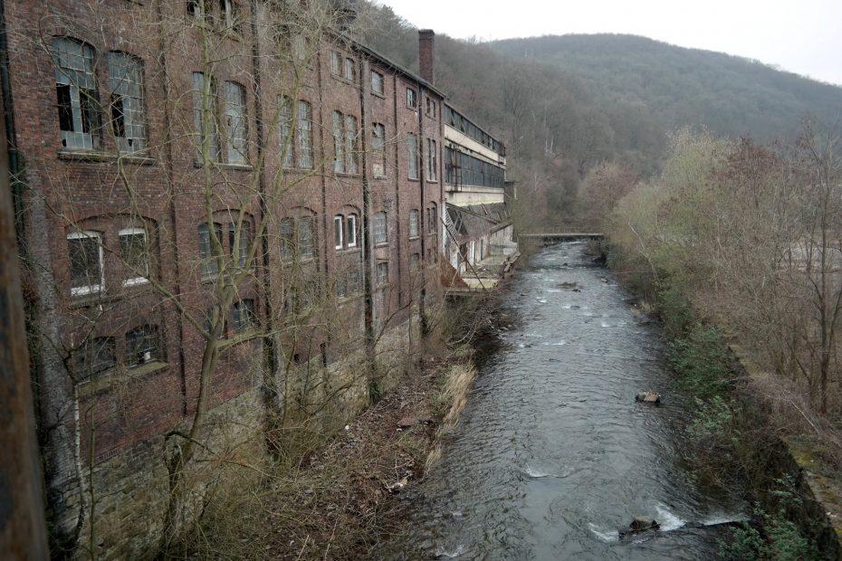 Fabrik mit Fluss